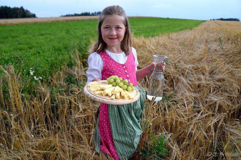 Julia serviert am Feld
